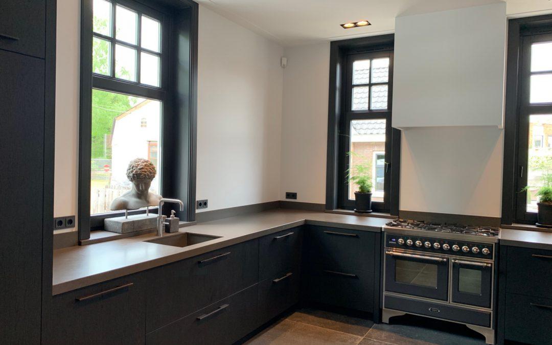 Klassiek moderne zwarte keuken